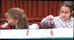 Deux fillettes goutent à la tire d'érable
