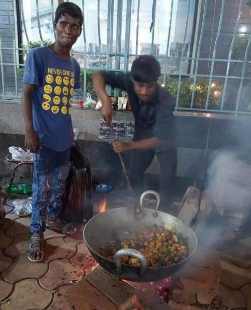 Repas cuisiné dans la rue sur un feu de bois...