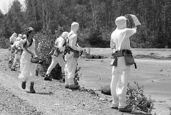 Équipe de personnes en blanc avant la plantation