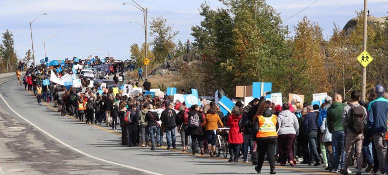 Groupe de manifestants à Rouyn-Noranda