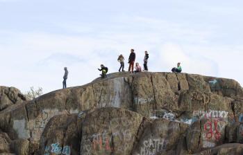 Jeunes spectateurs sur un rocher