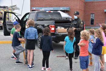 Des enfants attentifs aux explications venant d'un policier