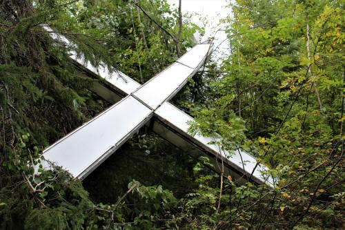 Croix lumineuse d'Évain tombée dans la forêt