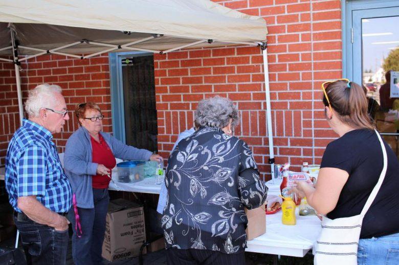 Bénévoles préparant le repas