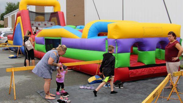 Jeux gonflables à la fête familiale