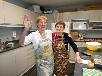 Les cuisinières Berthe Major et Carmen Duchesne