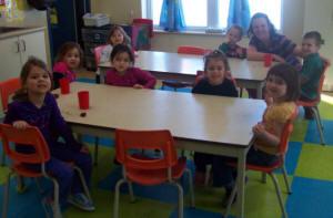 Enfants attablés à la garderie