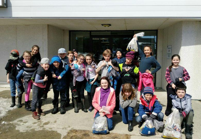 Groupe d'élèves ayant ramassé des déchets...