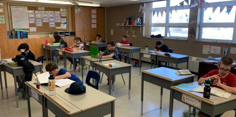 Classe réaménagée avec élèves