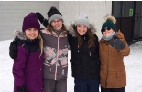 Quatre enfants devant l'école...