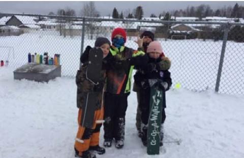 Groupe d'élèves avec des planches à neige...