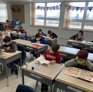 En classe, tous en train de lire
