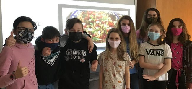 Groupe d'étudiants devant l'image d'un repas