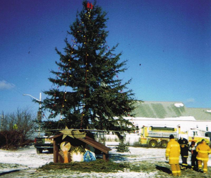 Un immense sapin de Noël au centre du village d'Évain