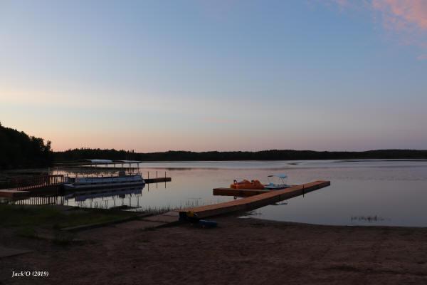 Ponton et pédalos pour les randonnées sur le lac Flavrian