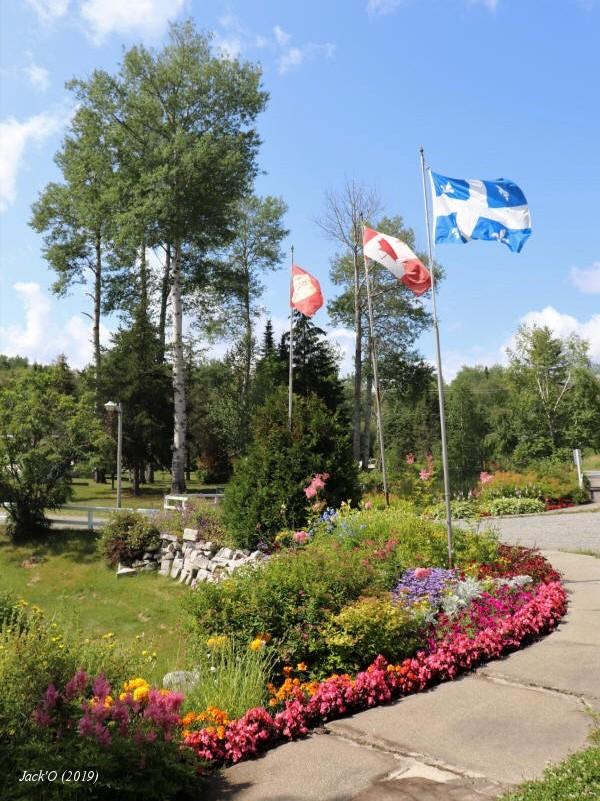 Drapeaux au Centre de plein air du lac Flavrian