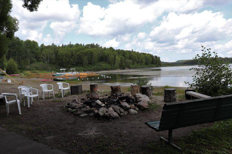 Espace pour un feu de camp près du lac