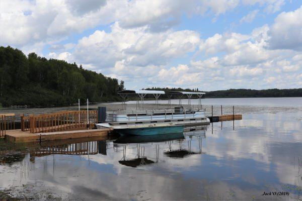 Un bateau ponton pour les sorties de groupe sur le lac Flavrian