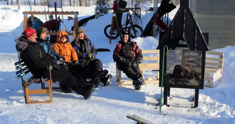 Près du foyer extérieur au Club de ski de fond d'Évain