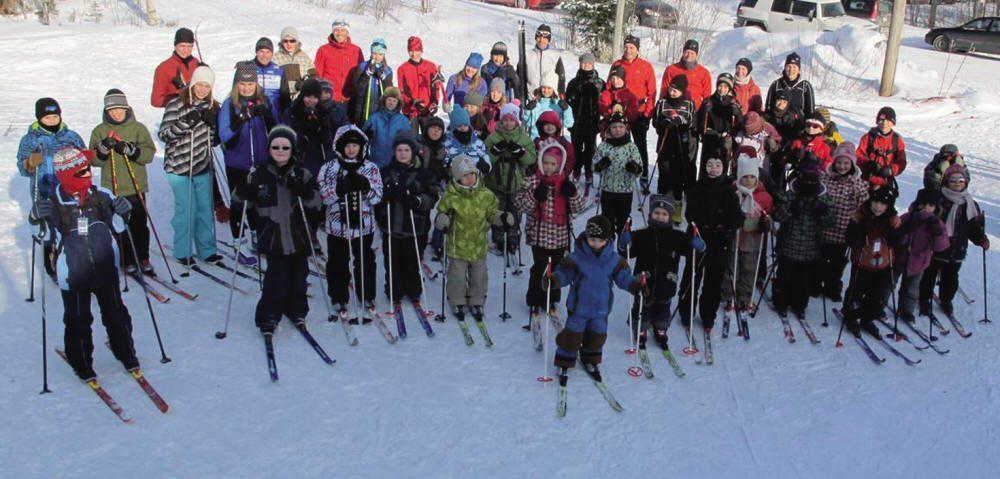 Groupe d'enfants en skis